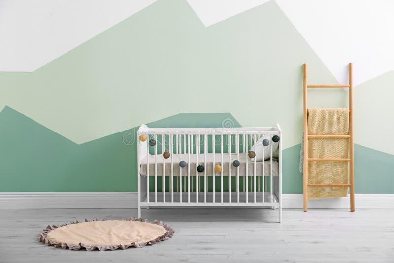 Interior del sitio del bebé con la pared del pesebre imágenes de archivo libres de regalías