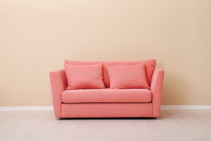 Interior del sitio con el sofá cómodo fotos de archivo libres de regalías