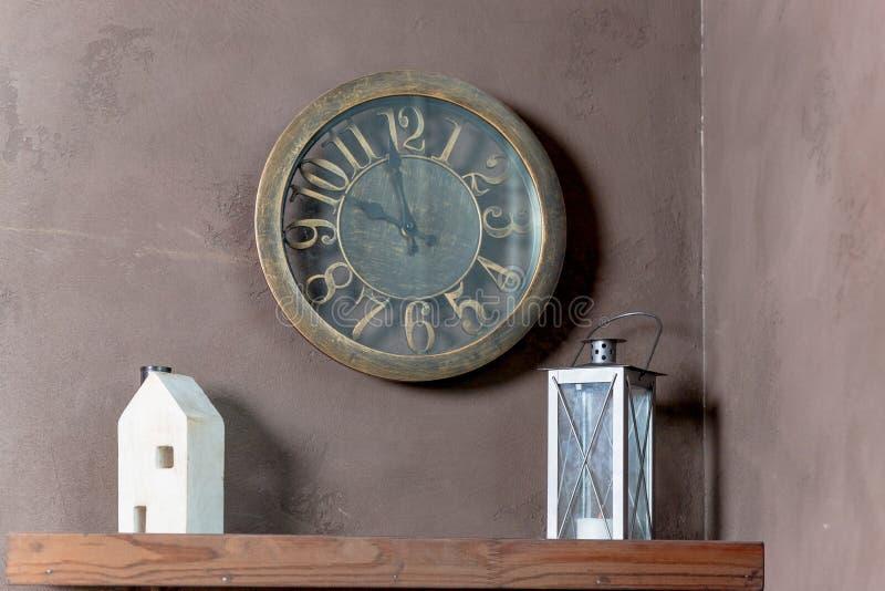 Interior del sitio con la casa, las linternas y el reloj de madera del juguete en fondo de la pared reloj de pared, linterna, dec foto de archivo libre de regalías