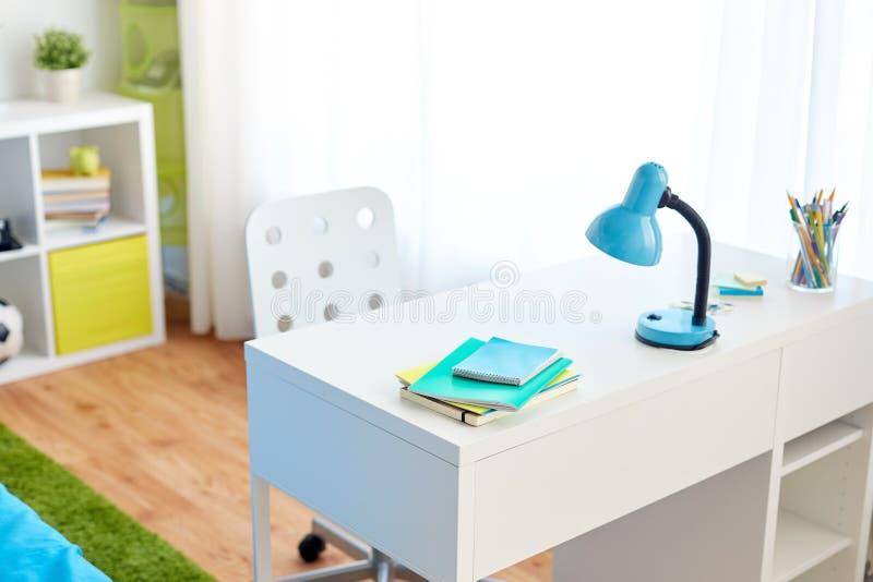 Interior del sitio de los niños con la tabla y el personal de la escuela imagenes de archivo