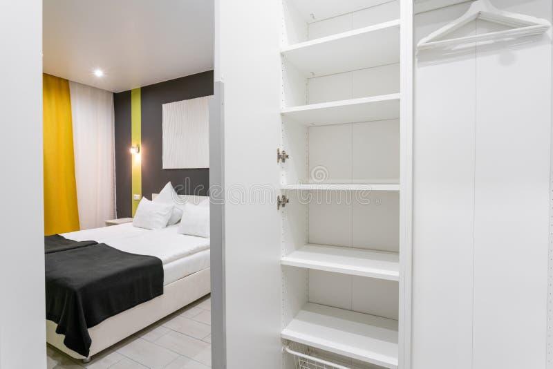 Interior del sitio vacío moderno del guardarropa Sitio estándar moderno del hotel interior simple y elegante Iluminación interior foto de archivo libre de regalías