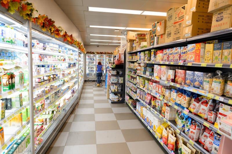 Interior del supermercado de la comida imágenes de archivo libres de regalías