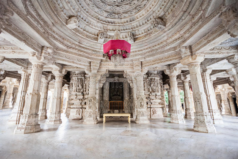 Interior del templo de Ranakpur imagenes de archivo