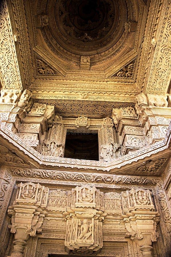 Interior del templo de Saas-Bahu foto de archivo