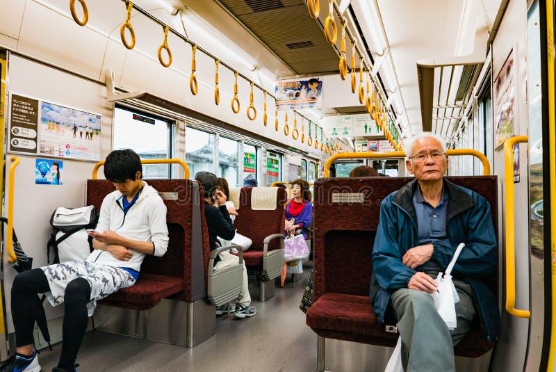 Interior del tren local en Hiroshima, Japón imagen de archivo libre de regalías