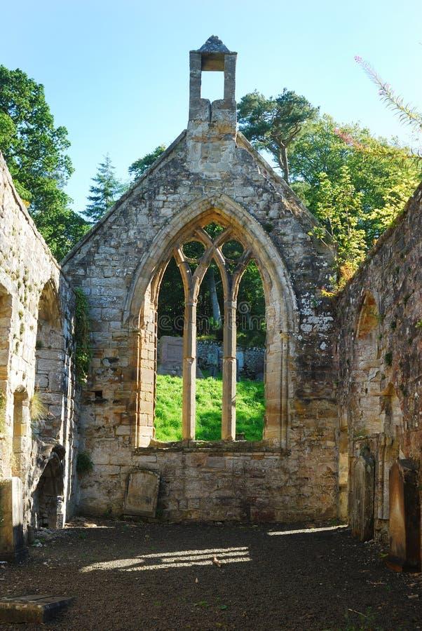 Interior del viejo siglo XIV de la ruina de la iglesia del templo fotografía de archivo