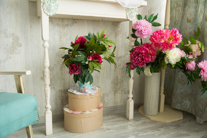 Interior del vintage del diseño con las flores artificiales imagen de archivo
