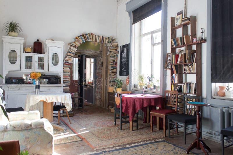 Interior del vintage iluminado por el sol imagenes de archivo