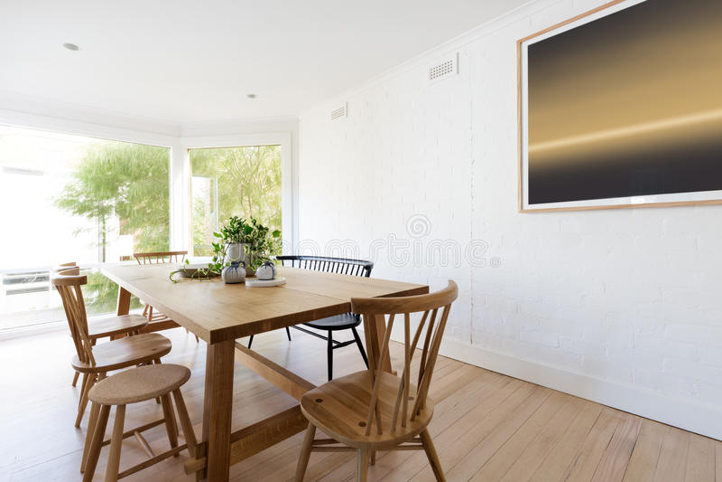 Interior denominado escandinavo da sala de jantar com artwo contemporâneo imagem de stock royalty free