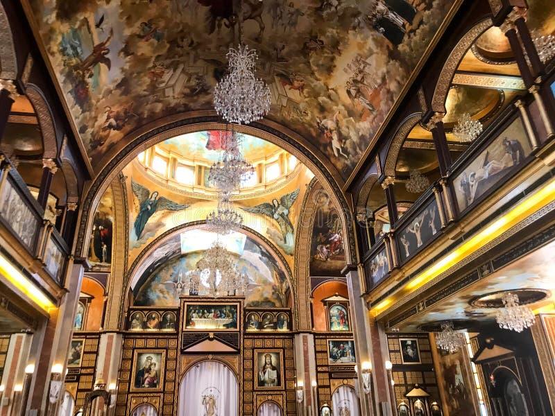 Interior dentro da igreja cristã ortodoxo velha em um país islâmico árabe muçulmano com ícones, orações, deus, pinturas murais, o fotografia de stock royalty free