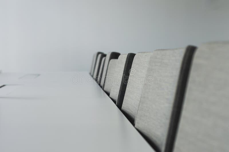 Interior design in costruzione moderna con alcune sedie immagini stock libere da diritti