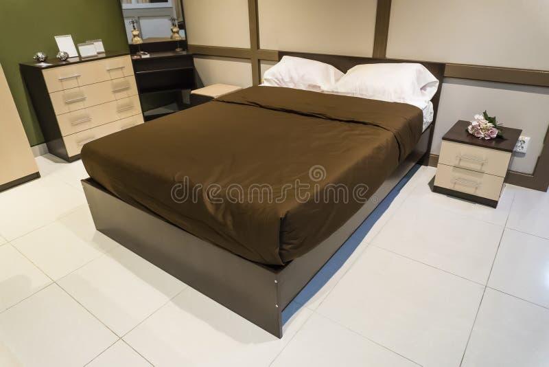 Interior design della camera da letto Grande letto e grande finestra con la tenda fotografie stock