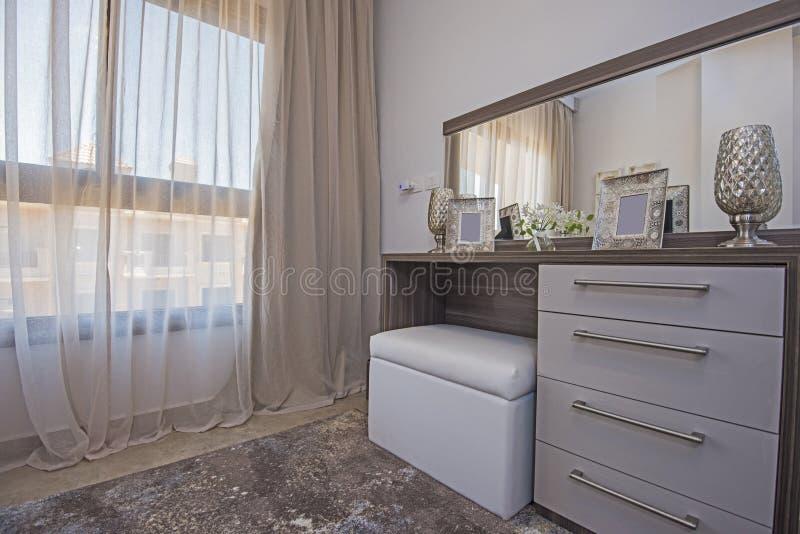 Interior design della tavola di condimento della camera da letto in casa immagini stock