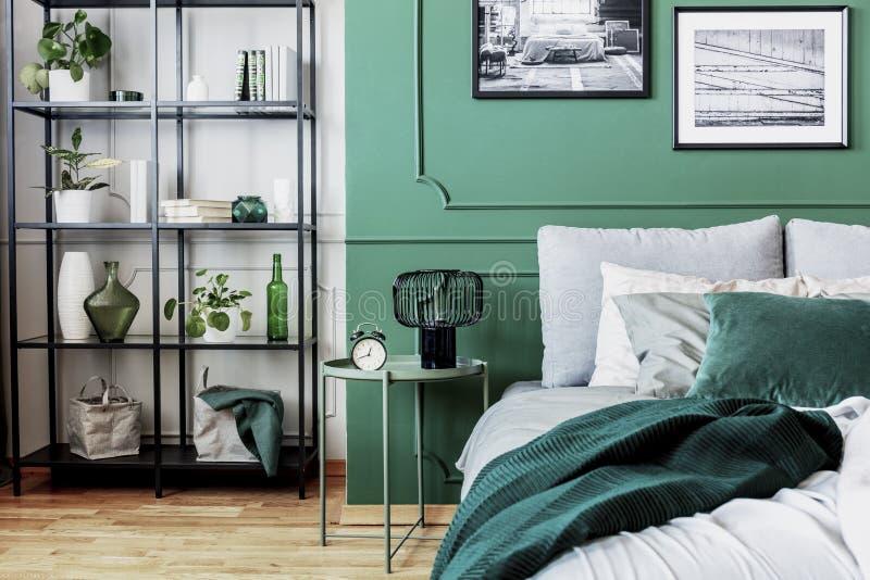 Interior design di classe bianco, grigio e verde della camera da letto fotografia stock libera da diritti