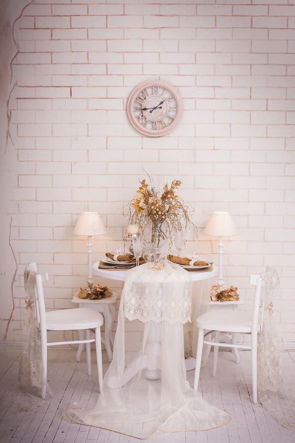 Interior design di giorno di Natale di sala da pranzo bianca immagini stock libere da diritti