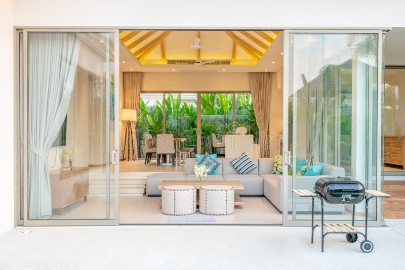 Interior design di lusso in salone delle ville dello stagno Spazio aerato e luminoso con il soffitto sollevato alto, sof?, tavola immagine stock