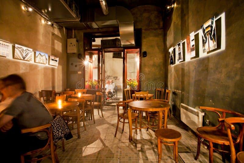 Interior design di vecchia barra polacca della birra con mobilia di legno fotografia stock libera da diritti