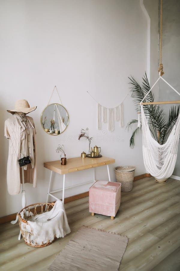 Interior design domestico moderno Interno esotico della camera da letto, stile scandinavo immagine stock libera da diritti
