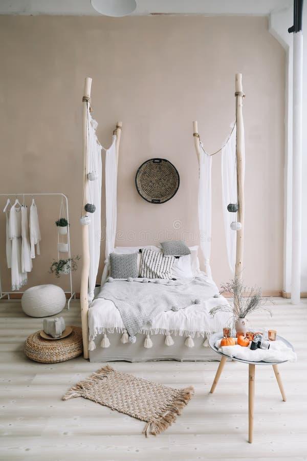 Interior design domestico moderno Letto con i cuscini, coperta Interno esotico della camera da letto, stile scandinavo immagine stock