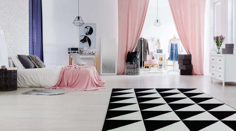 Interior design elegante e moderno fotografie stock