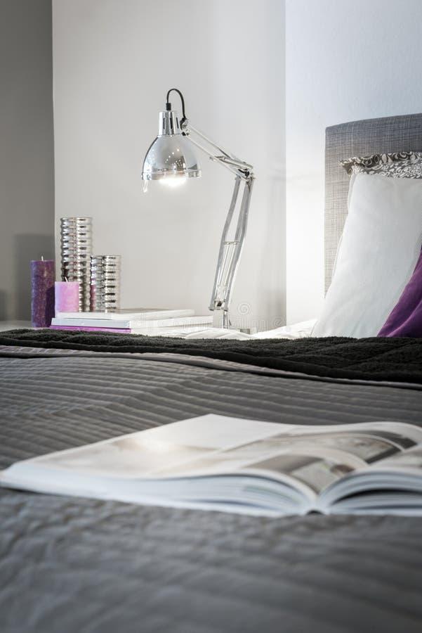 Interior design moderno del dettaglio della camera da letto immagini stock libere da diritti