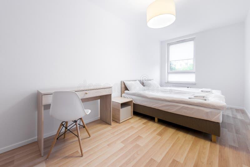 Interior design moderno e piccolo della stanza di sonno fotografia stock libera da diritti