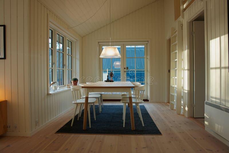 Interior design scandinavo danese della sala da pranzo moderna immagine stock libera da diritti