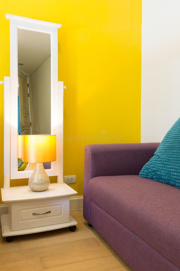 Interior design: Spazio vitale variopinto di rilassamento in camera da letto immagine stock libera da diritti