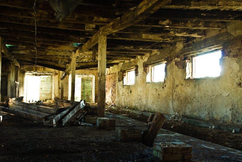 Interior desmantelado del granero imagenes de archivo