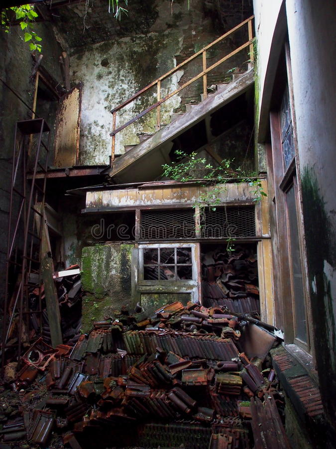 Interior dilapidado de la casa fotos de archivo