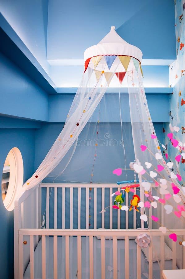 Interior diseñado elegante lindo del sitio con el pesebre de madera, MES del bebé fotografía de archivo libre de regalías