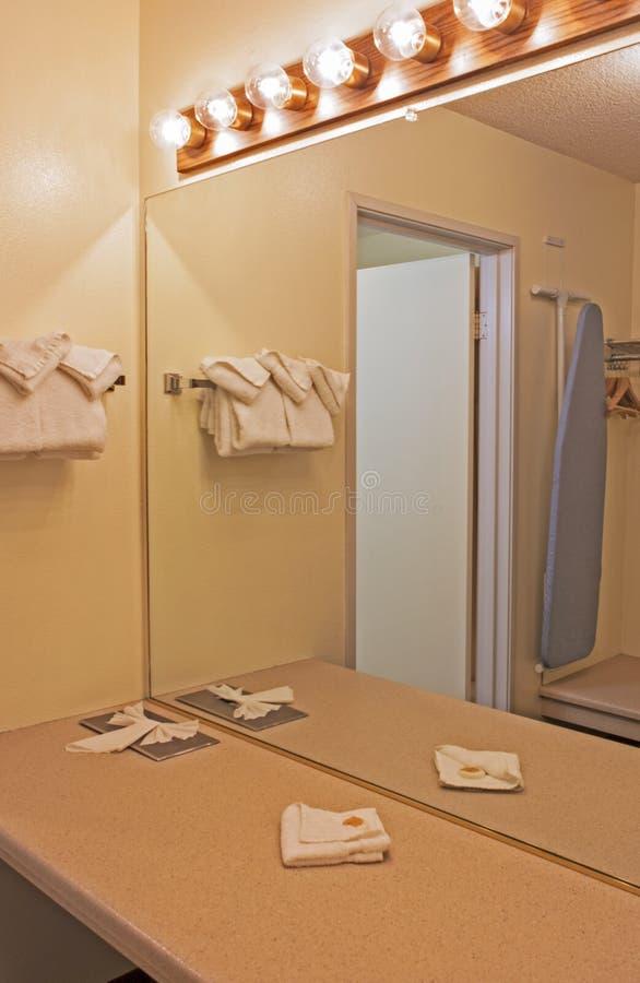 Interior do ambiente moderno do banheiro nas cores pastel imagem de stock royalty free