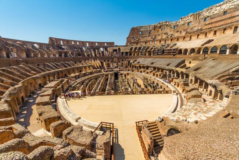 Interior do anfiteatro de Roman Colosseum ou do coliseu foto de stock