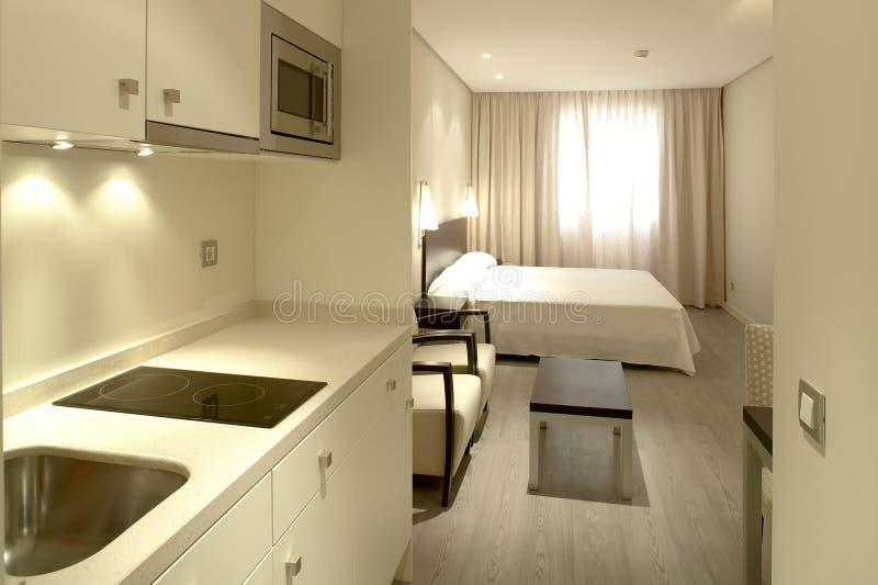 Interior do apartamento com cozinha e quarto imagem de stock royalty free