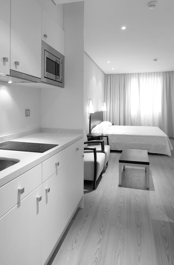 Interior do apartamento com cozinha e quarto fotos de stock royalty free
