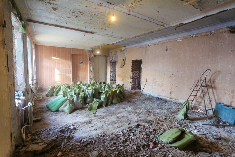Interior do apartamento durante na renovação e a construção Lixo e desperdício da desmontada nos sacos para a eliminação foto de stock royalty free