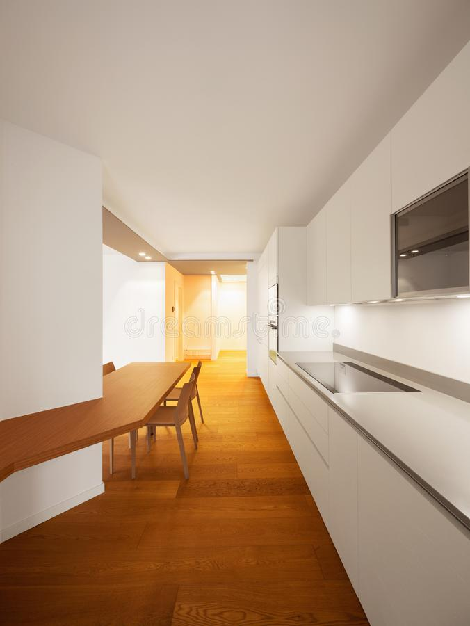 Interior do apartamento moderno, cozinha fotografia de stock royalty free
