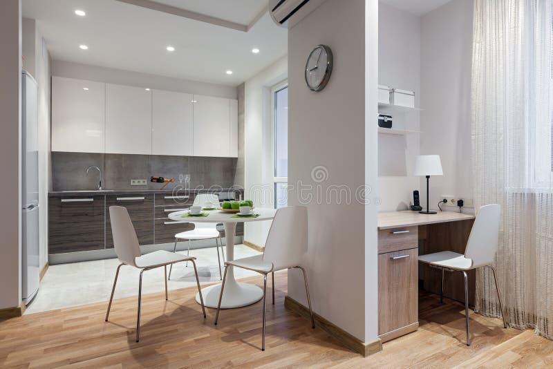 Interior do apartamento moderno no estilo escandinavo com cozinha fotografia de stock