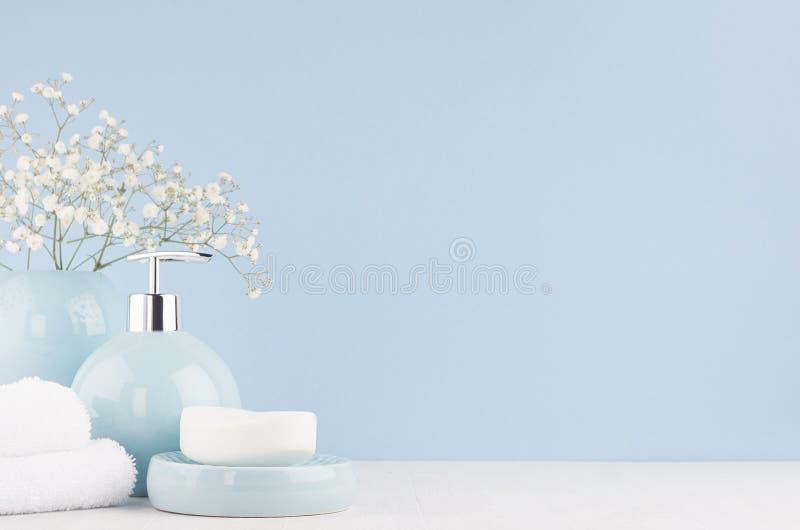 Interior do banheiro - acessórios cerâmicos - claro - vaso azul com flores brancas, distribuidor do círculo do sabão, toalhas mac fotos de stock royalty free