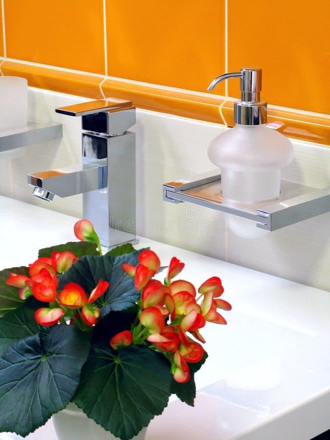 Interior do banheiro - bacia e faucet imagens de stock