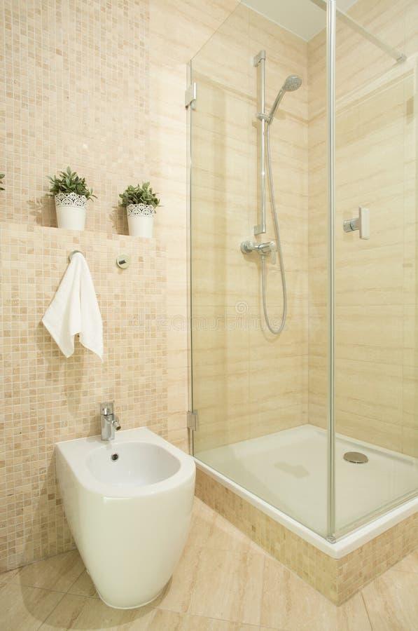 Interior do banheiro bege fotografia de stock
