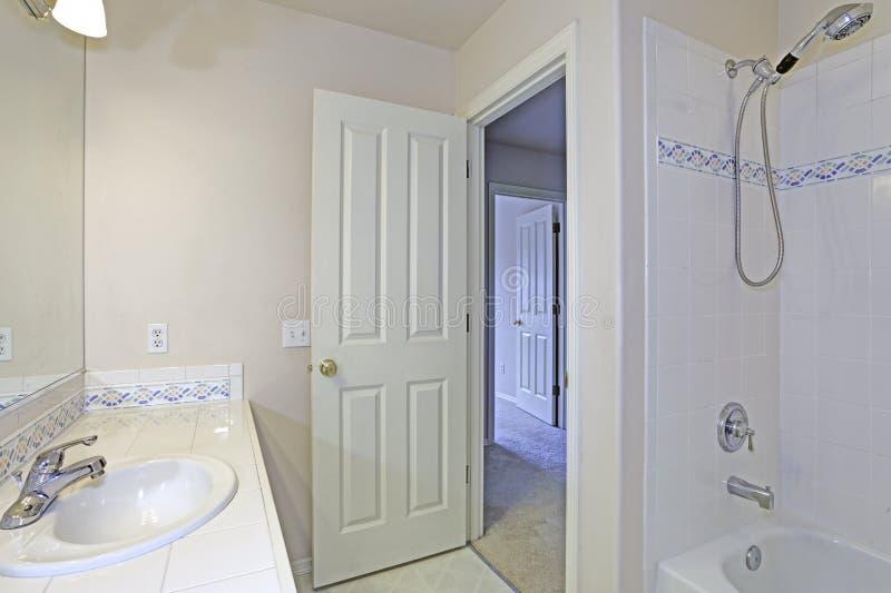Interior do banheiro branco com as telhas do backspalsh do mosaico fotos de stock royalty free