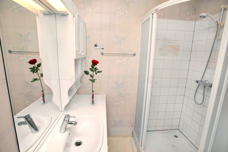 Interior do banheiro branco pequeno foto de stock royalty free