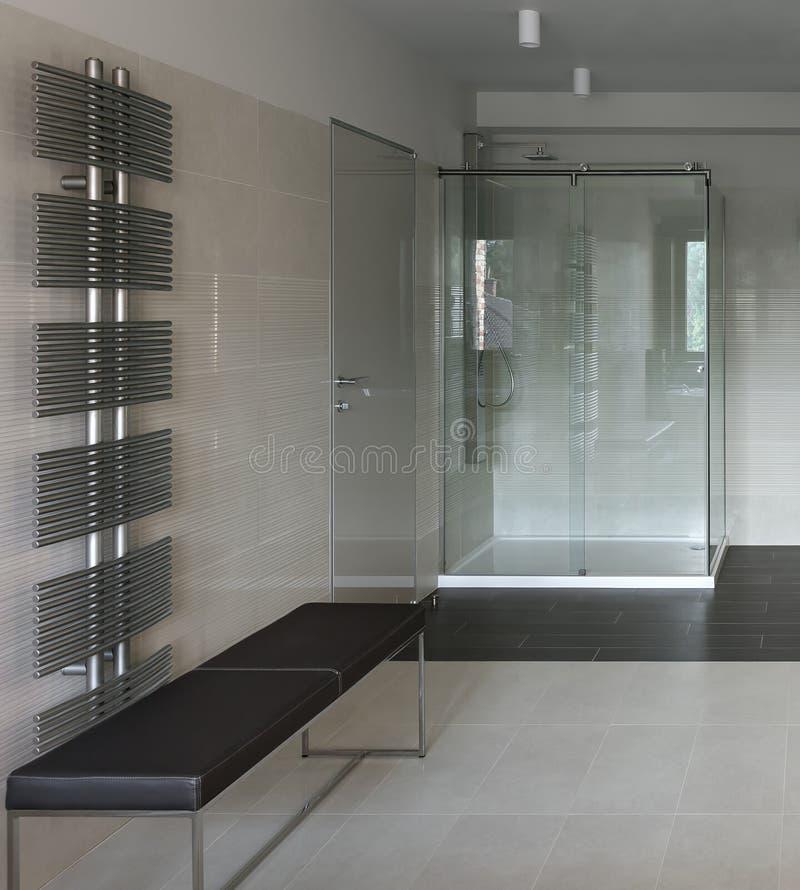 Interior do banheiro com cabine do chuveiro foto de stock