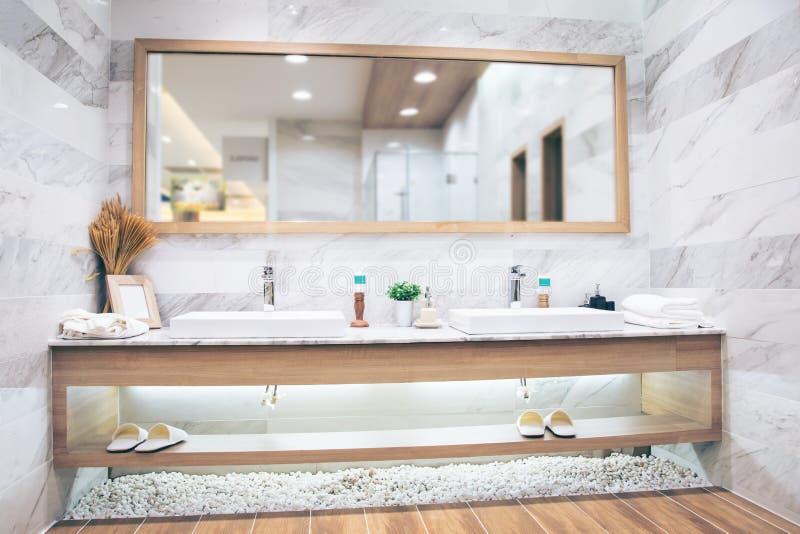 Interior do banheiro com o torneira e o espelho da bacia do dissipador Projeto moderno do banheiro foto de stock