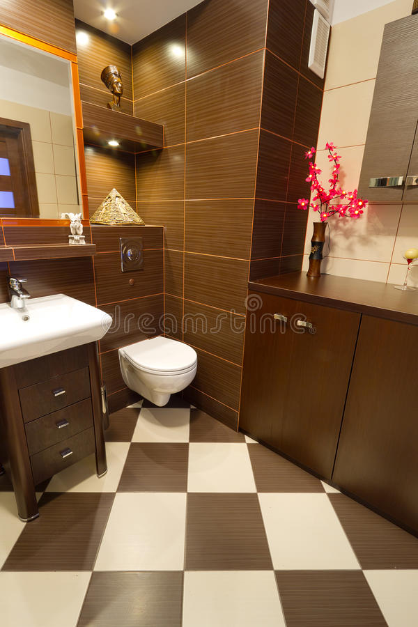 Interior do banheiro de Brown com detalhes alaranjados