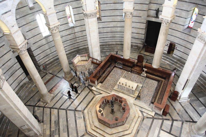 Interior do Baptistery de Pisa imagem de stock