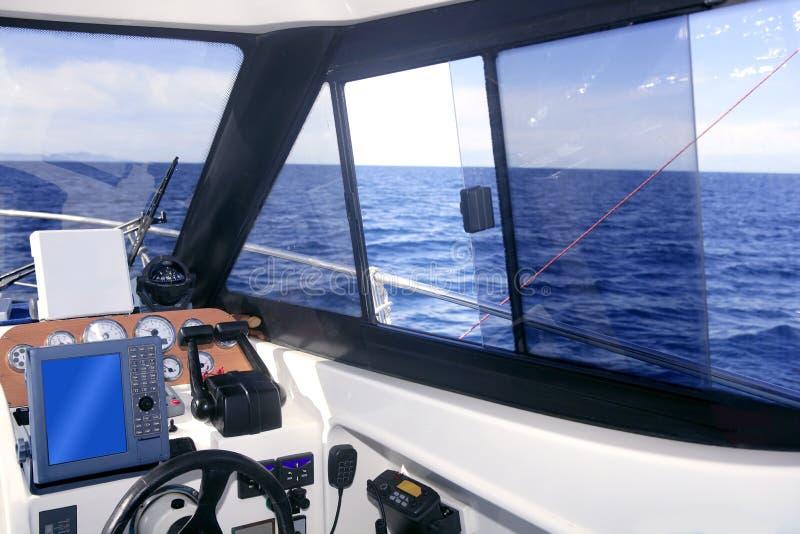 Interior do barco com os instrumentos do painel de controle fotos de stock
