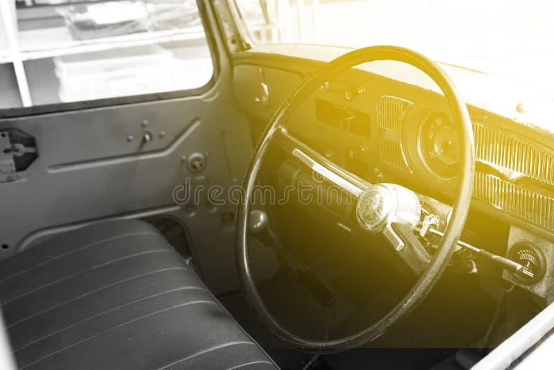 Interior do carro cl?ssico do vintage O interior em um carro retro convertível painel no interior do automóvel clássico velho imagens de stock royalty free