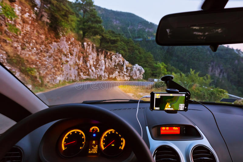 Interior do carro e estrada das montanhas em Kotor Montenegro imagens de stock royalty free